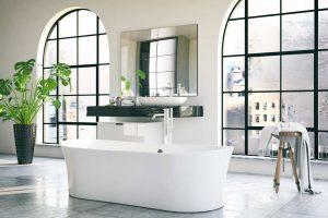 Badezimmer Trends - großräumiges Badezimmer - modern mit großen Fenstern und freistehender Badewanne
