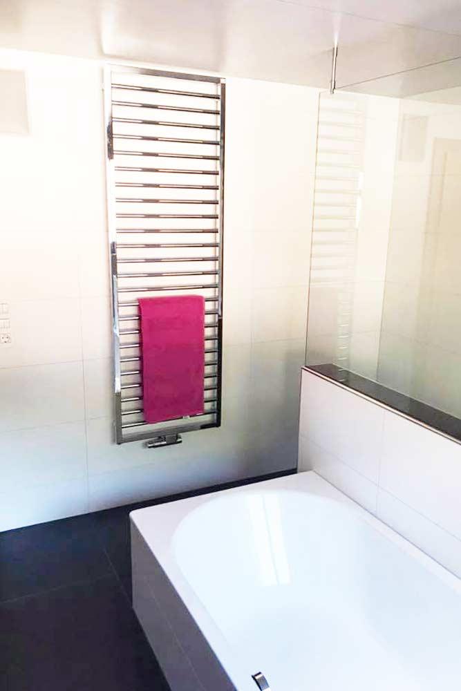 topmodernes Bad mit Badewanne und Glasabtrennung als Dusche - Badezimmer Neubau und Sanierung von Zraunig & Reschreiter - Installationsprofi Spittal Kärnten