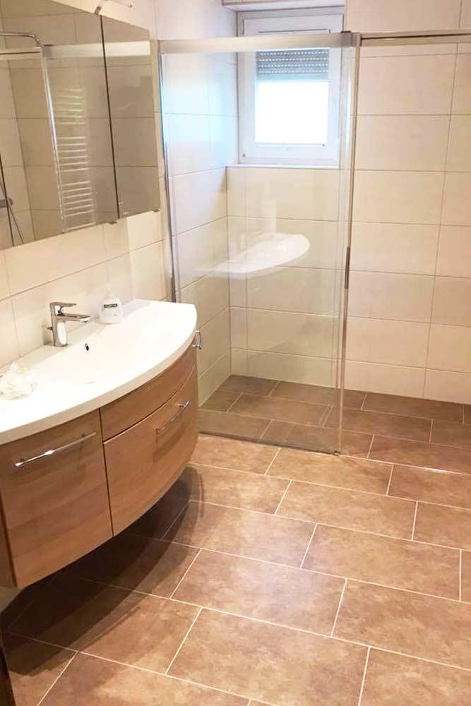 neu renoviertes Bad verfließt und barrierefreier Dusche - Badezimmer Neubau und Sanierung von Zraunig & Reschreiter - Installationsprofi Spittal Kärnten