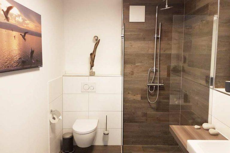 Installateur Spittal Kärnten Referenzen Badezimmer Neueinbau in Holzoptik - moderne Bäderplanung