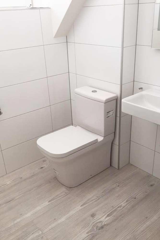 Installateur Spittal Kärnten Referenzen - modernes Badezimmer vom Installateur Profi - Holzboden und weiß verfließt