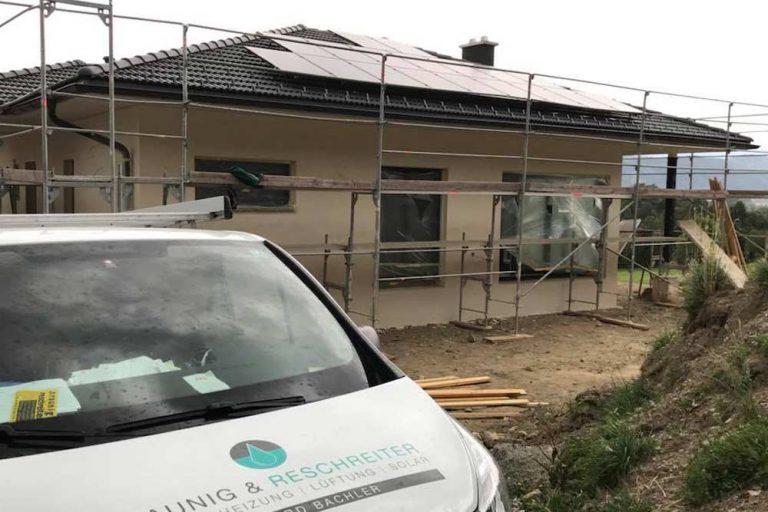 Einbau von Photovoltaik Solar Panelen auf neuem Bungalow Dach - Installateur Spittal - Kärnten