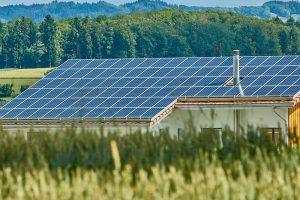 Solarthermie - Haus mit Solarpanelen am Dach zur Energiegewinnung vom Heizungsspezialist Zraunig & Reschreiter